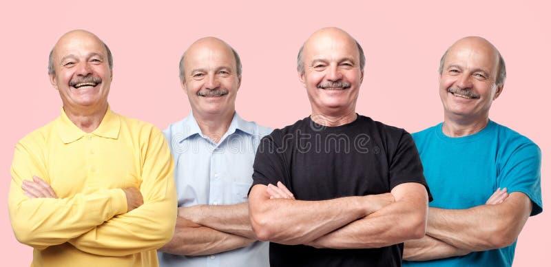 Hombre mayor en diversa ropa que ríe y que mira con sonrisa la cámara imagen de archivo