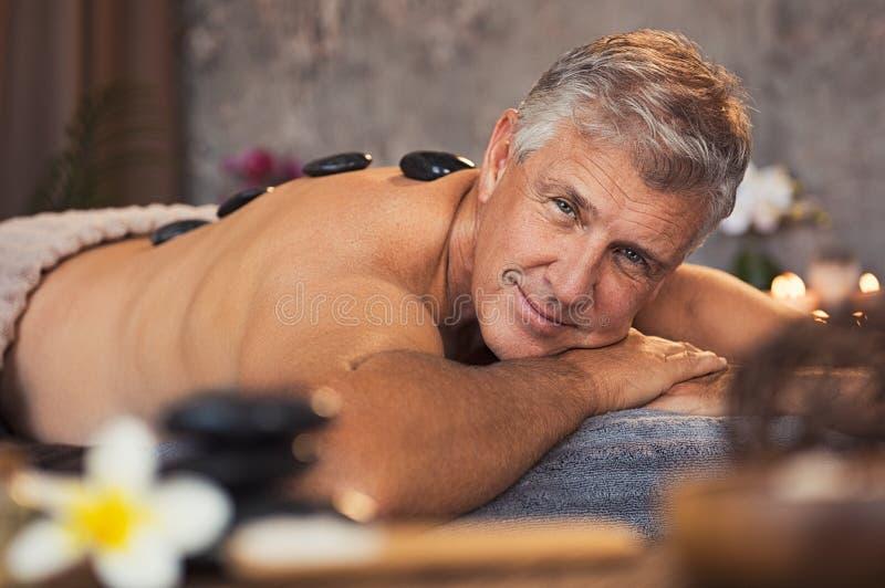 Hombre mayor en el balneario de la belleza imagen de archivo