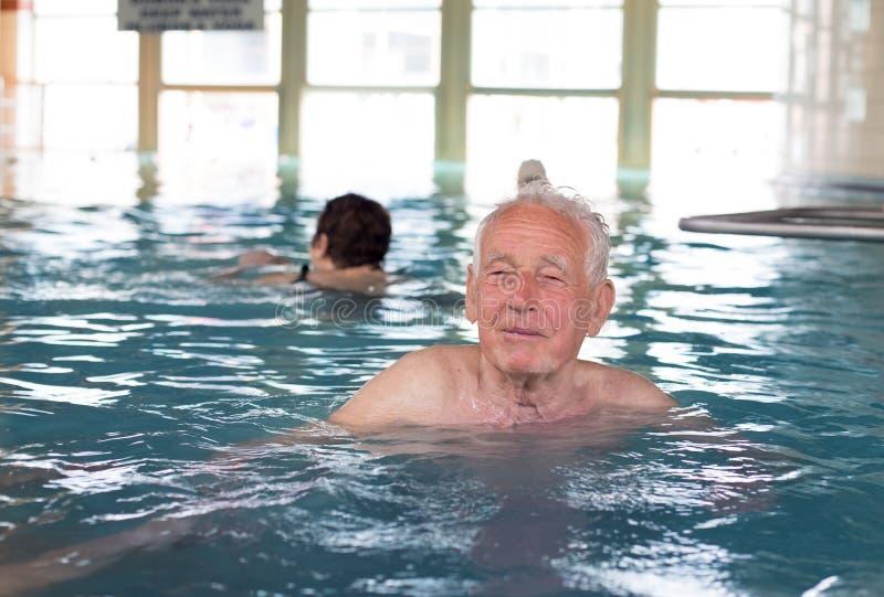 Hombre mayor en el borde de la piscina foto de archivo libre de regalías