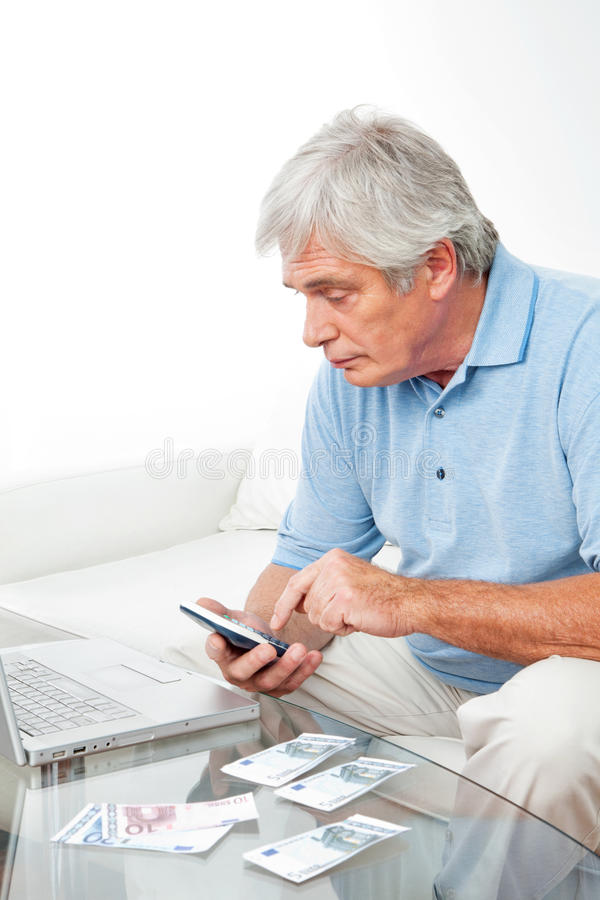 Hombre mayor en el país con la calculadora fotos de archivo libres de regalías