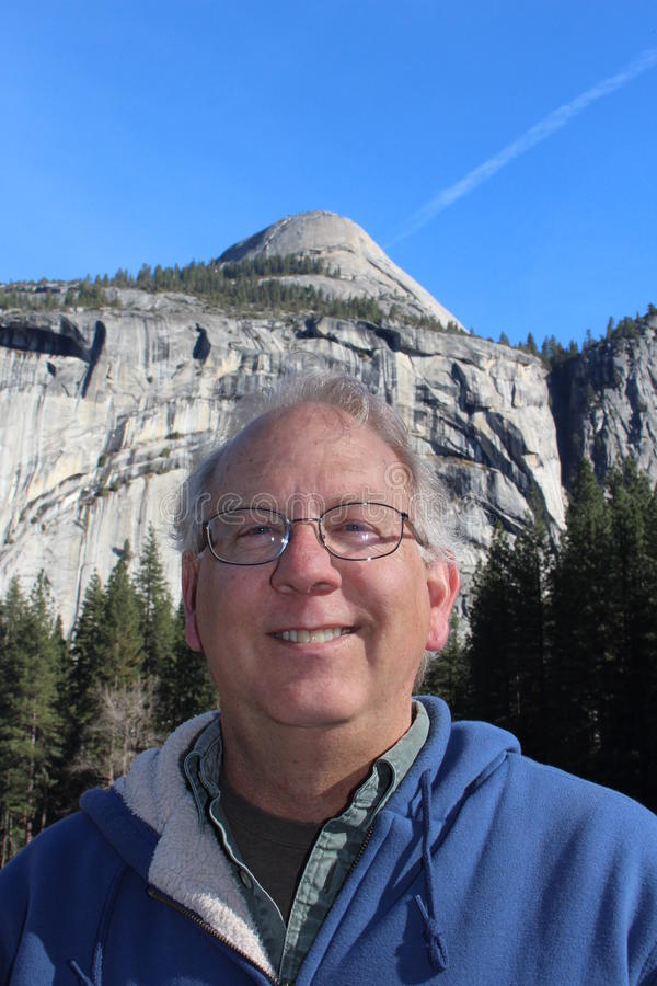 Hombre mayor en el parque nacional California de Yosemite fotos de archivo libres de regalías