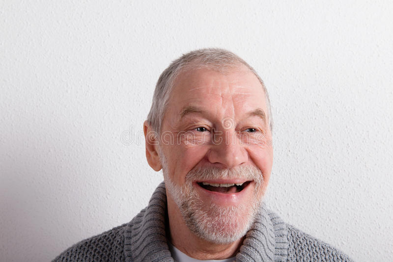 Hombre mayor en el suéter de lana gris, tiro del estudio imagen de archivo libre de regalías