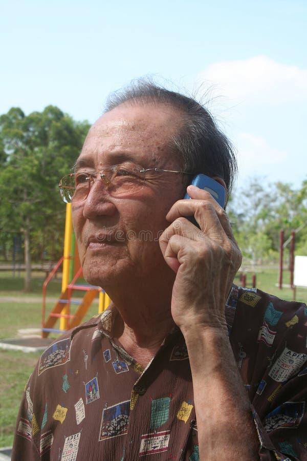 Hombre mayor en el teléfono móvil fotos de archivo