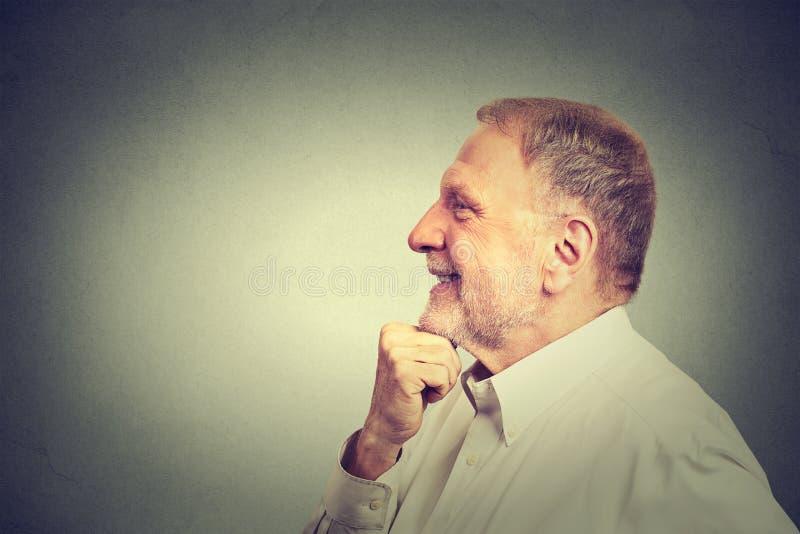 Hombre mayor en fondo gris de la pared foto de archivo libre de regalías