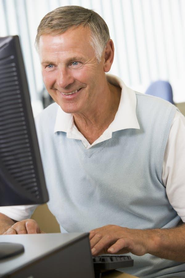 Hombre mayor en un ordenador fotografía de archivo libre de regalías