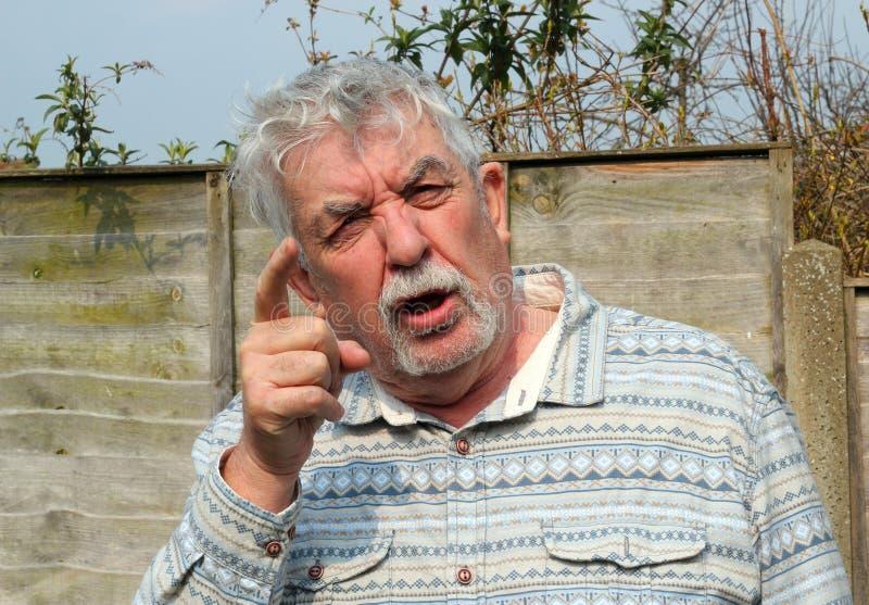 Hombre mayor enfadado y el señalar. imágenes de archivo libres de regalías