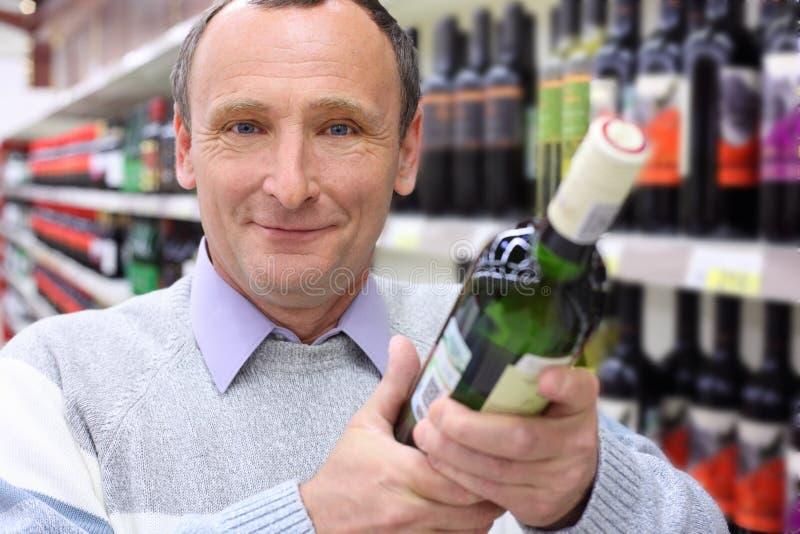 Hombre mayor feliz con la botella de vino fotografía de archivo libre de regalías