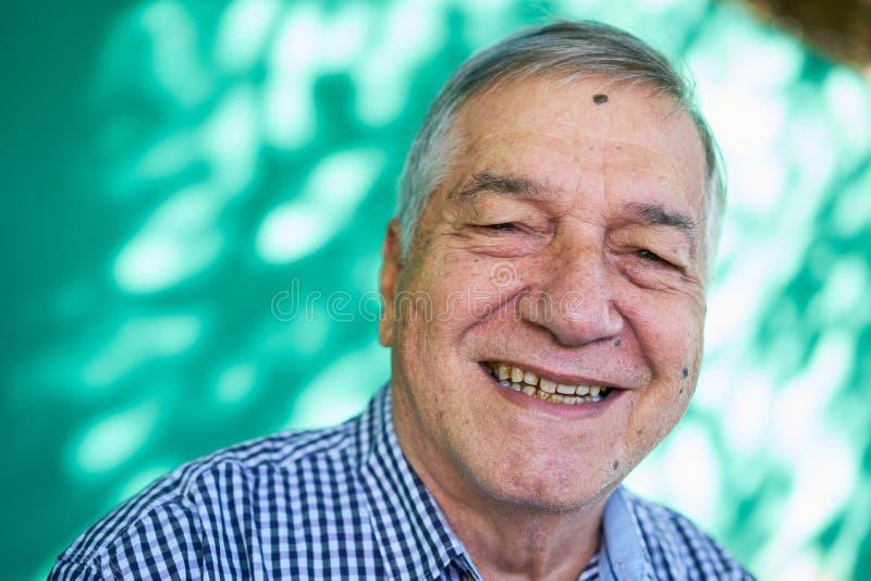 Hombre mayor feliz del retrato de la gente blanca que sonríe en la cámara imagenes de archivo