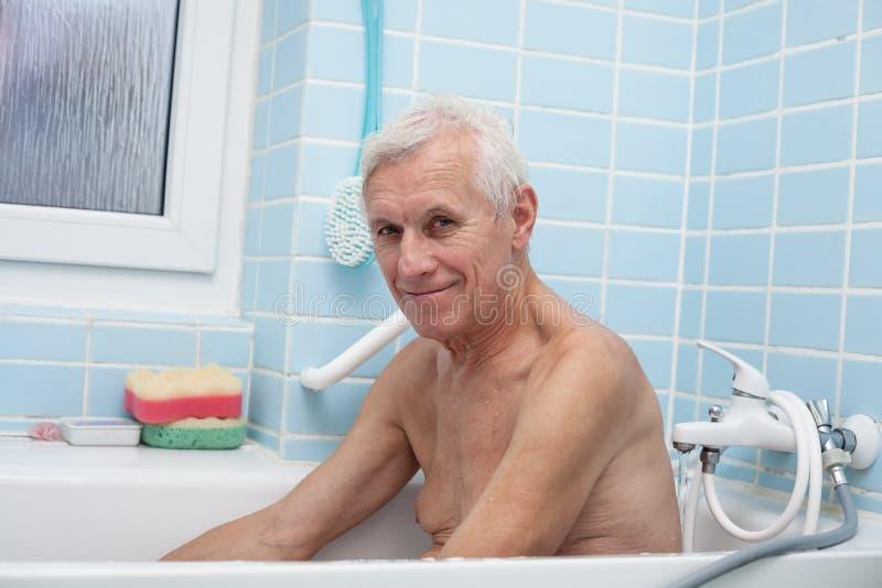 Hombre mayor feliz en baño fotografía de archivo