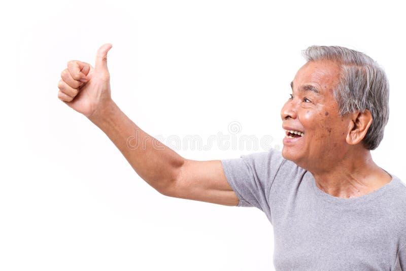 Hombre mayor feliz que da el pulgar encima del gesto imagenes de archivo