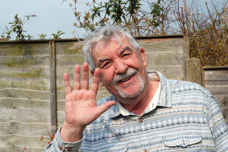 Hombre mayor feliz y el agitar. fotos de archivo libres de regalías