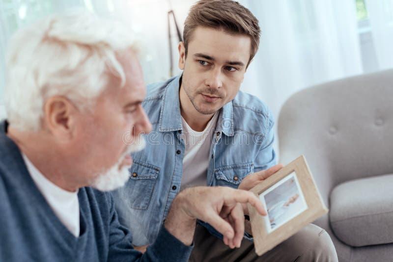 Hombre mayor frustrado que recuerda más allá fotografía de archivo libre de regalías