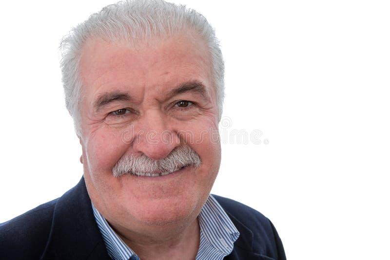 Hombre mayor jubilado feliz que sonríe en la cámara imagenes de archivo
