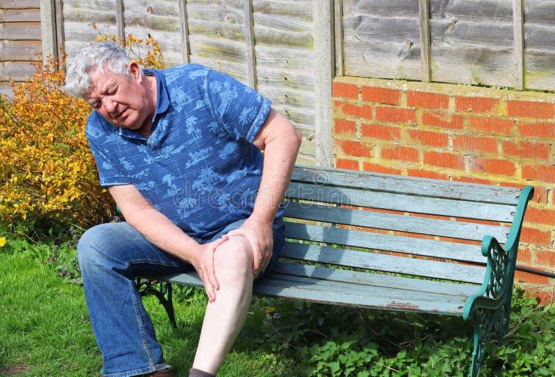 Hombre mayor Lesión de rodilla o artritis dolorosa imagen de archivo libre de regalías
