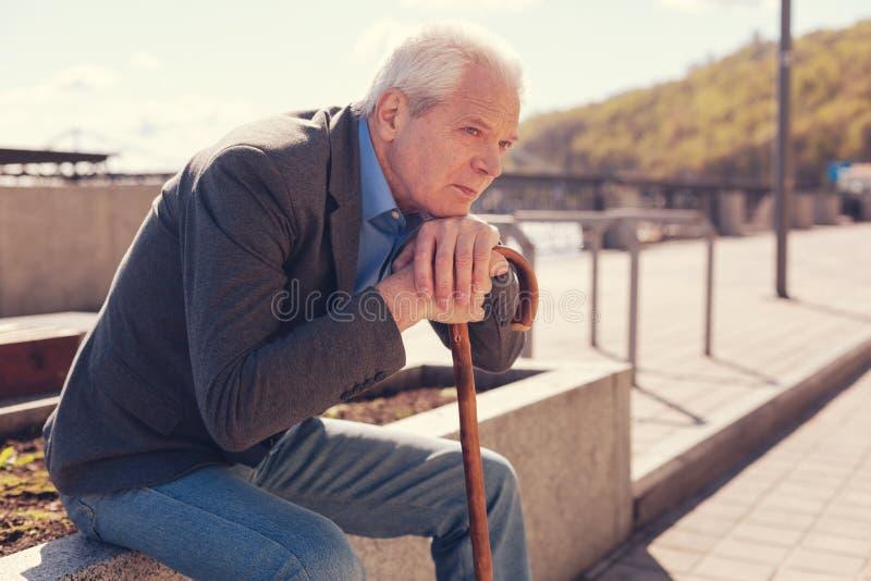 Hombre mayor melancólico que recuerda su juventud imagen de archivo libre de regalías