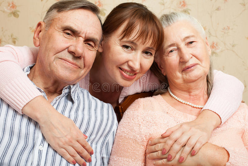 Hombre mayor, mujer con su cuidador en casa imagen de archivo libre de regalías