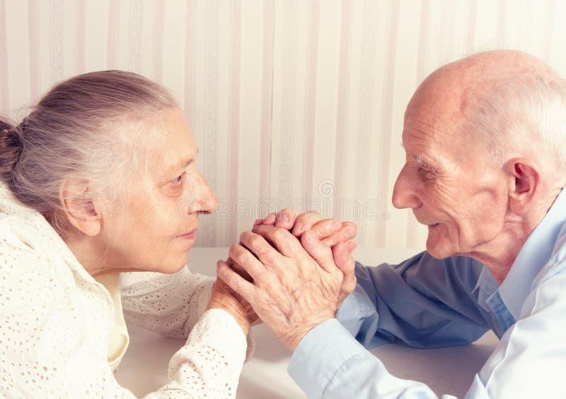 Hombre mayor, mujer con su en casa. foto de archivo