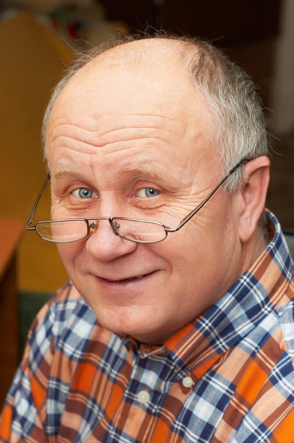Hombre mayor ocasional con los vidrios fotos de archivo