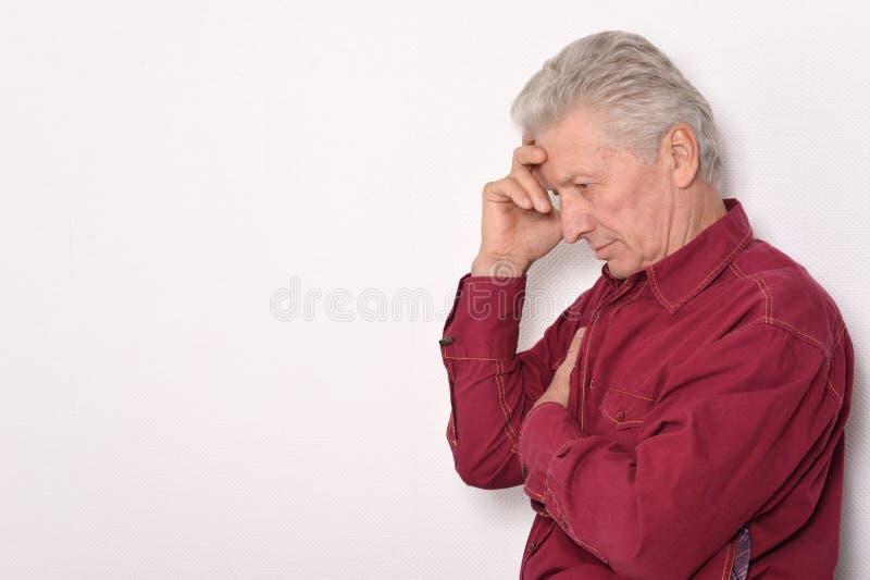 Hombre mayor pensativo foto de archivo libre de regalías
