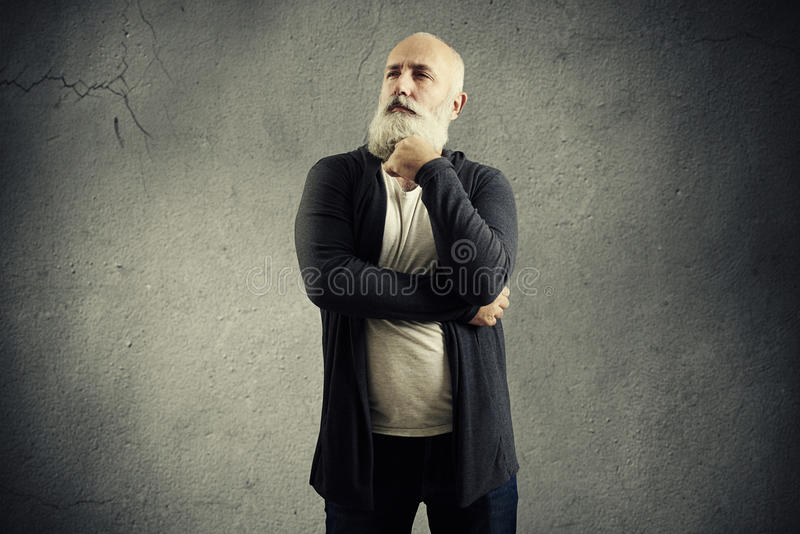 Hombre mayor pensativo que mira en la distancia fotos de archivo libres de regalías