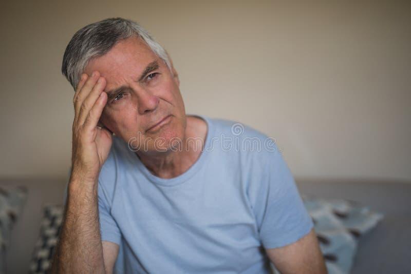 Hombre mayor pensativo triste en casa imágenes de archivo libres de regalías