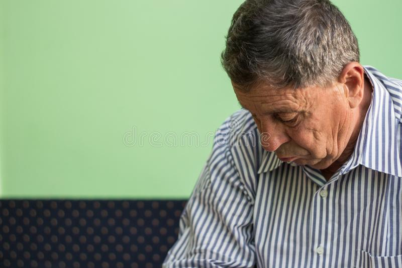 Hombre mayor perdido en pensamiento imágenes de archivo libres de regalías