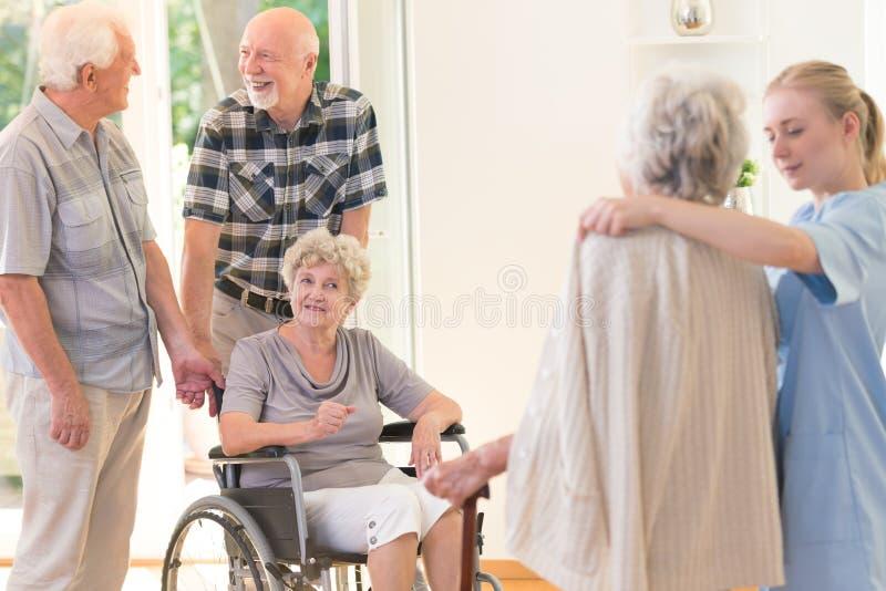 Hombre mayor que apoya a la esposa inhabilitada fotografía de archivo libre de regalías