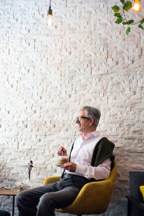 Hombre mayor que come un caf? en la barra fotografía de archivo libre de regalías