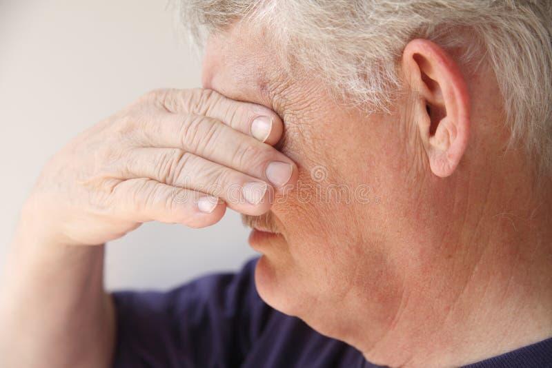 Hombre mayor que consigue emocional fotografía de archivo