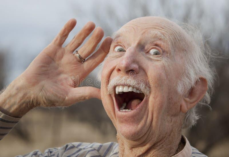 Hombre mayor que dice en voz alta un mensaje fotografía de archivo libre de regalías