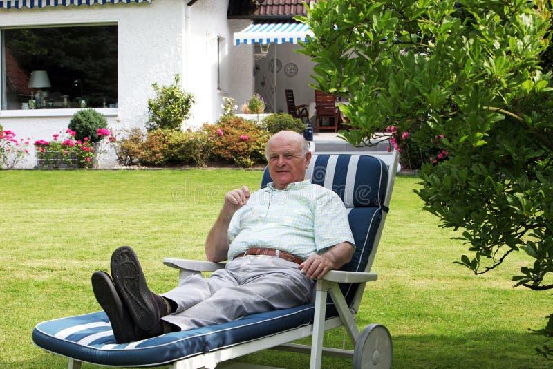 Hombre mayor que disfruta de su edad avanzada fotos de archivo