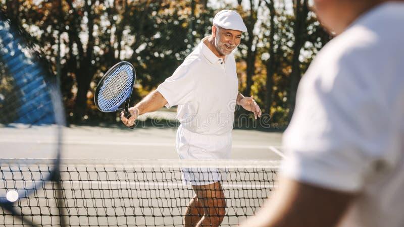 Hombre mayor que juega a tenis foto de archivo libre de regalías