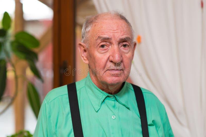 Hombre mayor que mira directamente la cámara foto de archivo libre de regalías