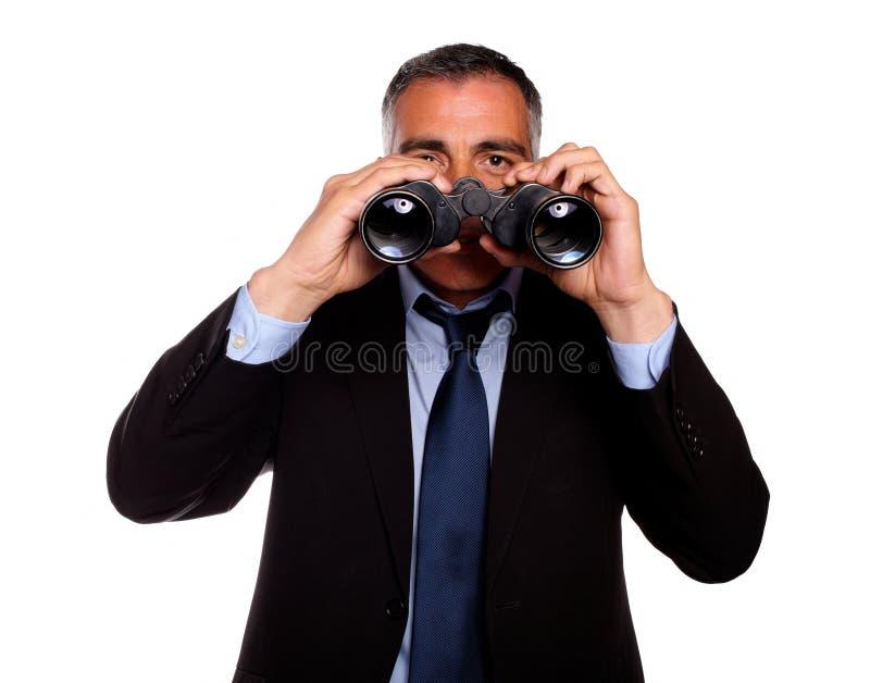 Hombre mayor que mira a través de los prismáticos fotos de archivo libres de regalías