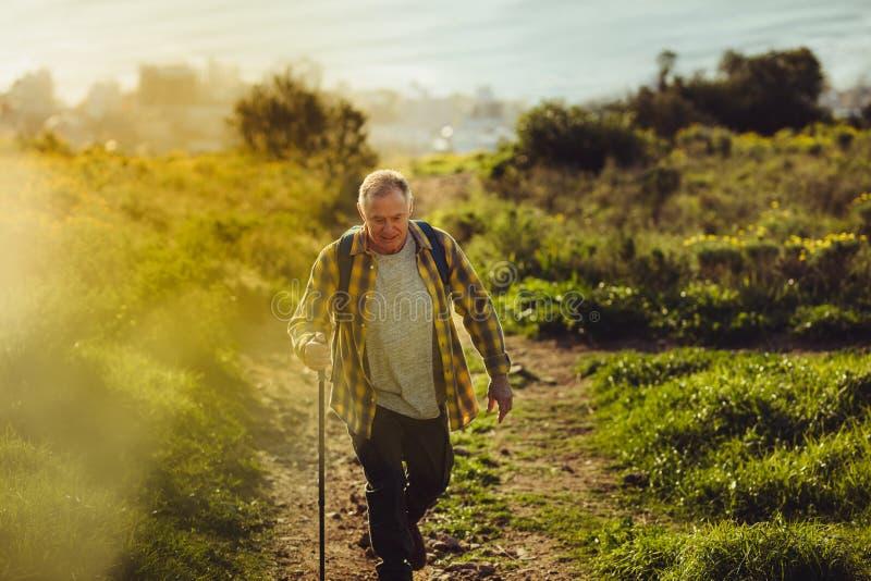 Hombre mayor que persigue sus sueños de la aventura fotos de archivo