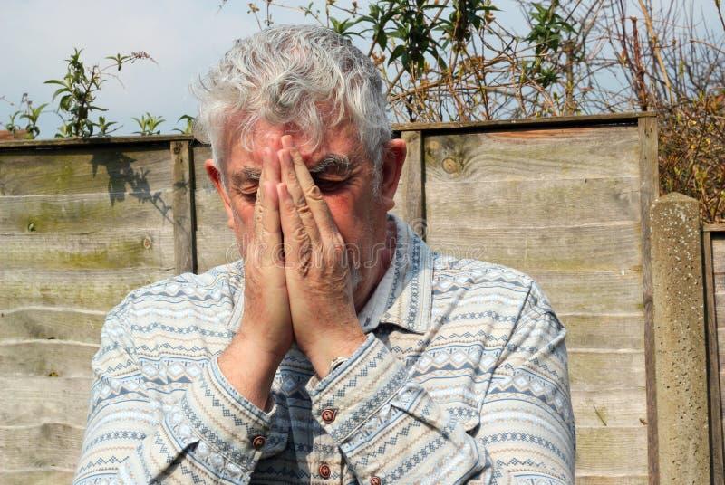 Hombre mayor que ruega. imágenes de archivo libres de regalías