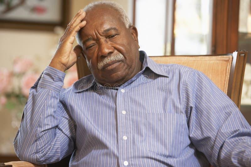 Hombre mayor que se relaja en butaca fotografía de archivo