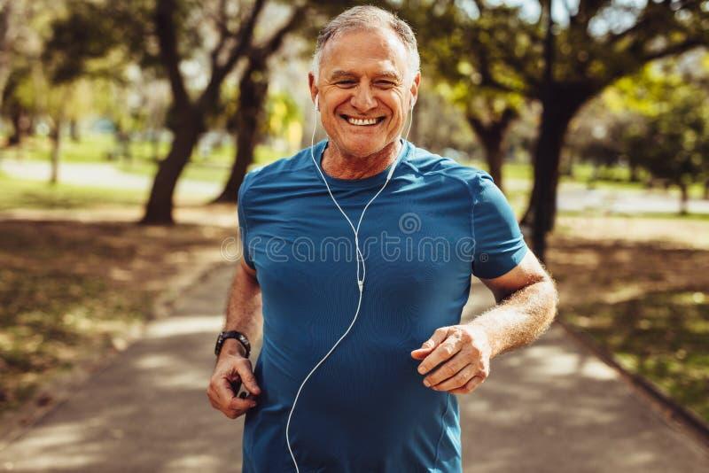 Hombre mayor que se resuelve para la buena salud fotografía de archivo libre de regalías