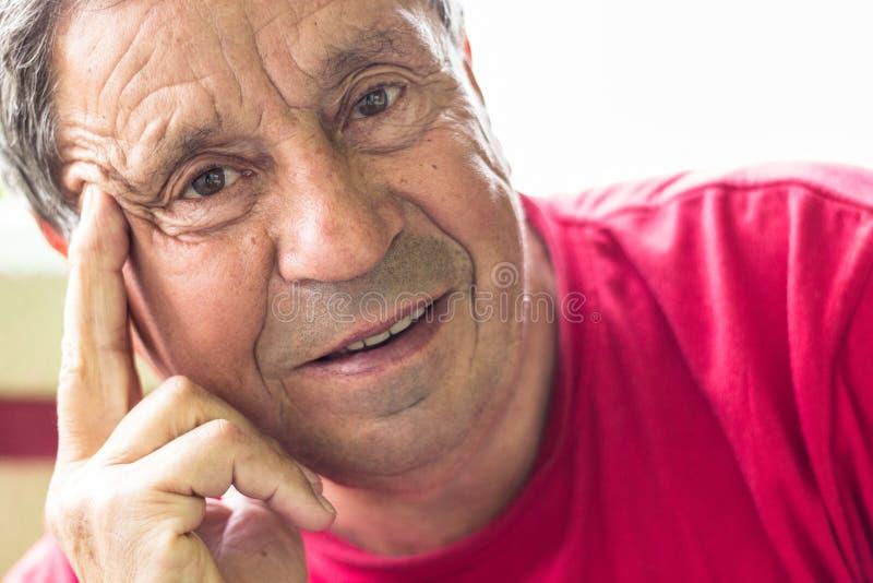 Hombre mayor que sonríe en la cámara fotos de archivo