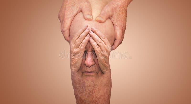 Hombre mayor que sostiene la rodilla con dolor collage Concepto de dolor y de desesperación abstractos imágenes de archivo libres de regalías