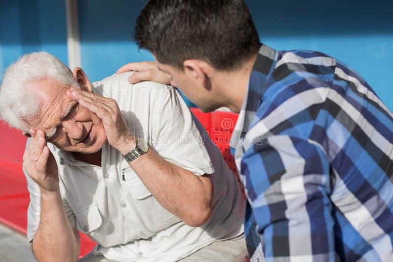 Hombre mayor que sufre de vértigos fotografía de archivo libre de regalías