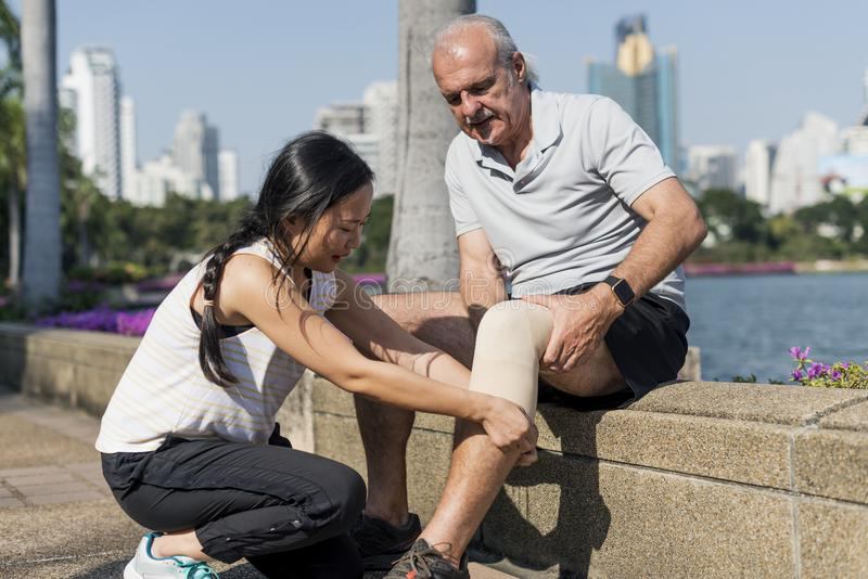 Hombre mayor que tiene una lesión de rodilla imagenes de archivo
