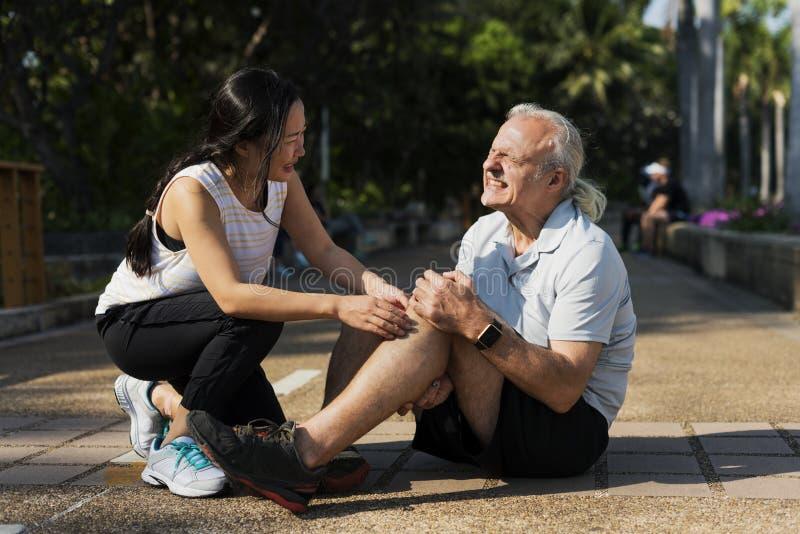 Hombre mayor que tiene una lesión de rodilla fotografía de archivo libre de regalías