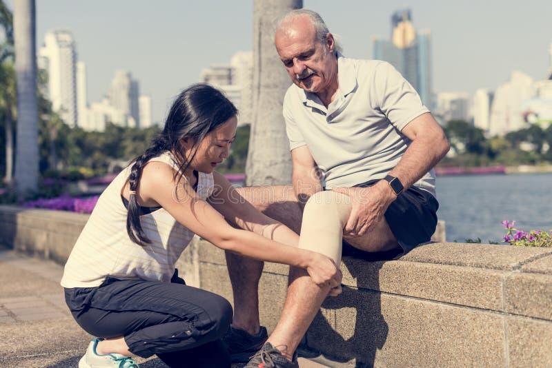 Hombre mayor que tiene una lesión de rodilla foto de archivo libre de regalías