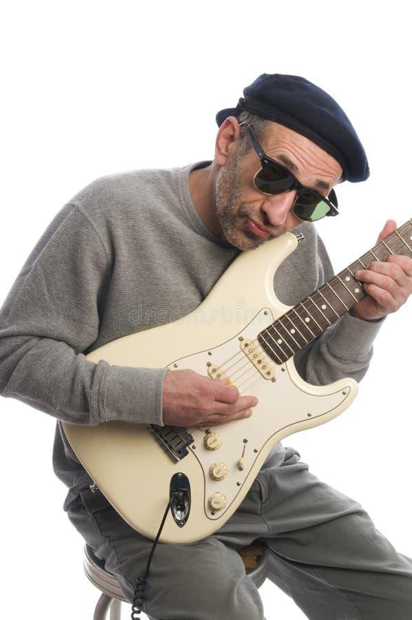 Hombre mayor que toca la guitarra imagen de archivo libre de regalías