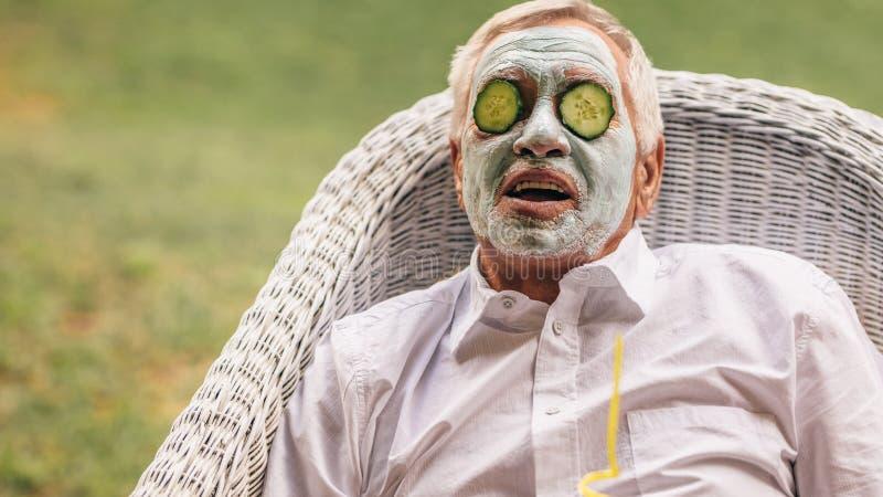 Hombre mayor que toma el tratamiento facial del balneario imagenes de archivo