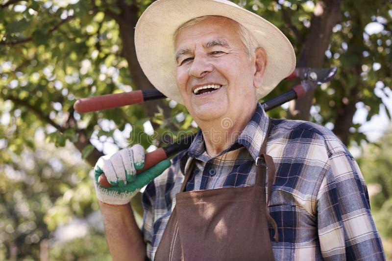 Hombre mayor que trabaja en jardín imágenes de archivo libres de regalías