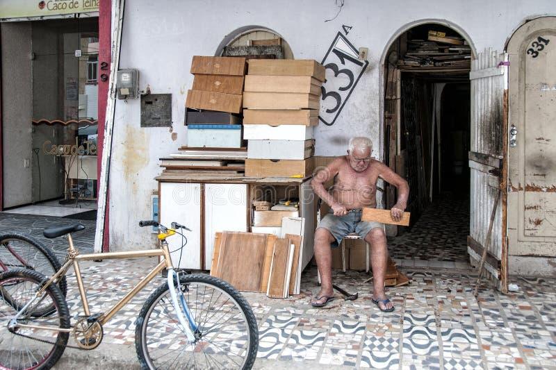 Hombre mayor que trabaja en la calle imagenes de archivo
