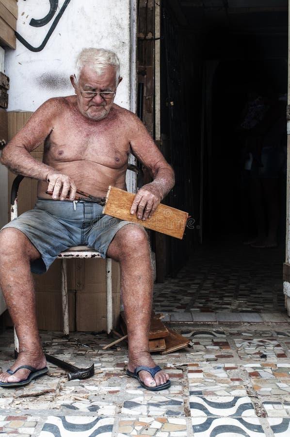 Hombre mayor que trabaja en la calle foto de archivo libre de regalías