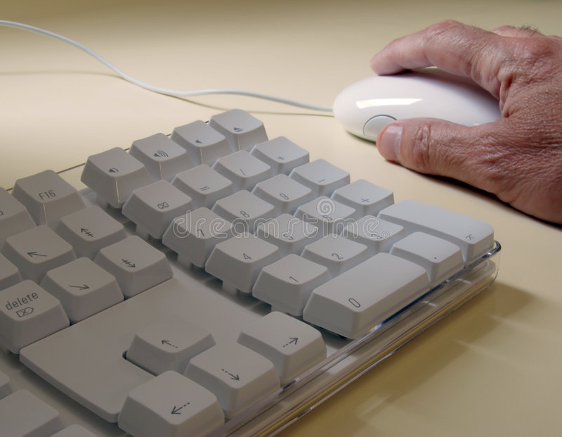 Hombre mayor que usa el ordenador imagenes de archivo